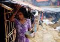 Девочка из народности рохинджа собирает дождевую воду во временном лагере в Кокс-Базаре, Бангладеш