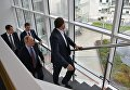 Президент РФ Владимир Путин и генеральный директор компании Яндекс Аркадий Волож (справа) во время посещения московского офиса отечественной ИТ-компании Яндекс, которой исполняется 20 лет