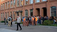 Эвакуированные сотрудники у офиса Яндекса в Москве. 21 сентября 2017