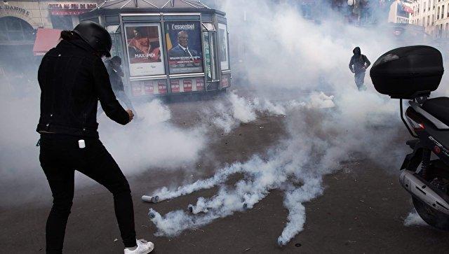 Корреспондент Sputnik France снимает беспорядки во время акции протеста в Париже
