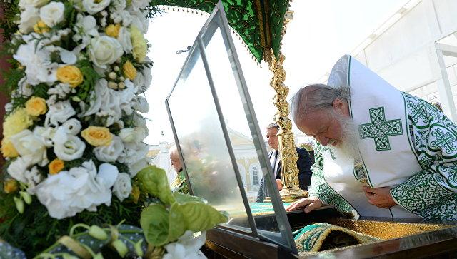 Патриарх Московский и Всея Руси Кирилл у мощей преподобного Серафима Саровского