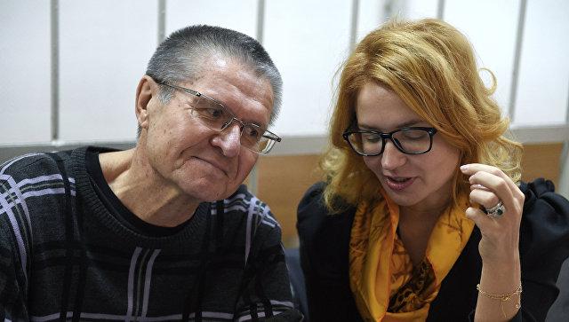 Экс-министр экономического развития Алексей Улюкаев с адвокатом Викторией Бурковской на заседании Замоскворецкого суда. 26 сентября 2017