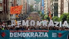 Участники митинга в поддержку референдума за независимость Каталонии в Бильбао, Испания