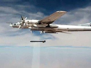 Стратегический бомбардировщик-ракетоносец Ту-95МС наносит удары крылатыми ракетами Х-101. Архивное фото