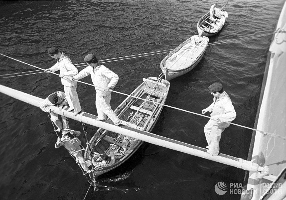 Матросы крейсера Аврора готовят шлюпки к походу