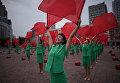 Участники творческого коллектива выступают у центрального железнодорожного вокзала Пхеньяна.