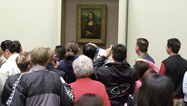 У картины Леонардо да Винчи Мона Лиза в Лувре. Архивное фото