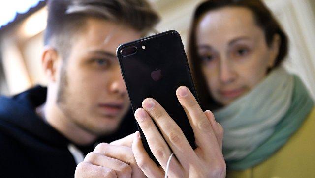 Покупатели новых смартфонов iPhone 8. Архивное фото