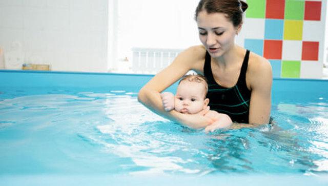 Занятие с ребенком в студии раннего плавания
