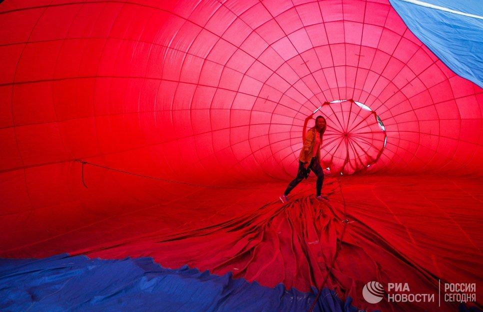 Подготовка воздушного шара к полету на фестивале воздушных шаров в Ставропольском крае