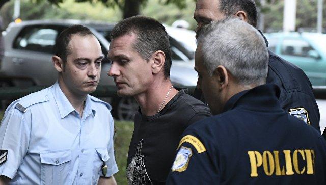 Гражданин России Александр Винник в окружении офицеров полиции в аэропорту в Салониках. 29 сентября 2017