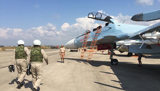 Российские летчики готовятся к посадке в истребитель Су-30 перед вылетом с аэродрома Хмеймим в Сирии. 5 октября 2015