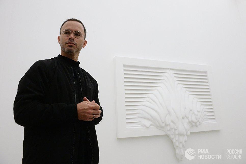 Американский художник Даниэль Аршам на открытии своей выставки Архитектура в движении в павильоне Карелия на ВДНХ. 29 сентября 2017