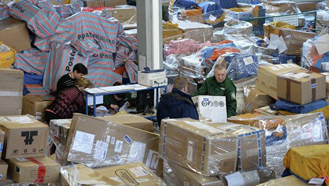 Сотрудники аэропорта Внуково работают в зоне таможенного контроля. Архивное фото