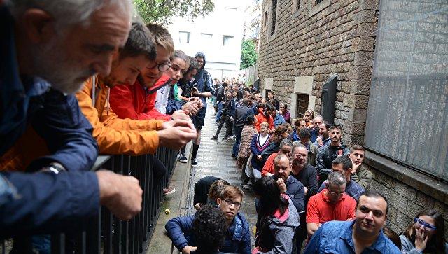 Люди в очереди на избирательный участок в Барселоне во время референдума о независимости Каталонии. 1 октября 2017
