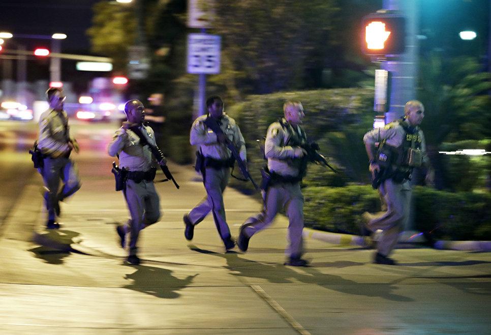 Сотрудники полиции на месте стрельбы у казино Mandalay Bay в Лас-Вегасе, США. 2 октября 2017