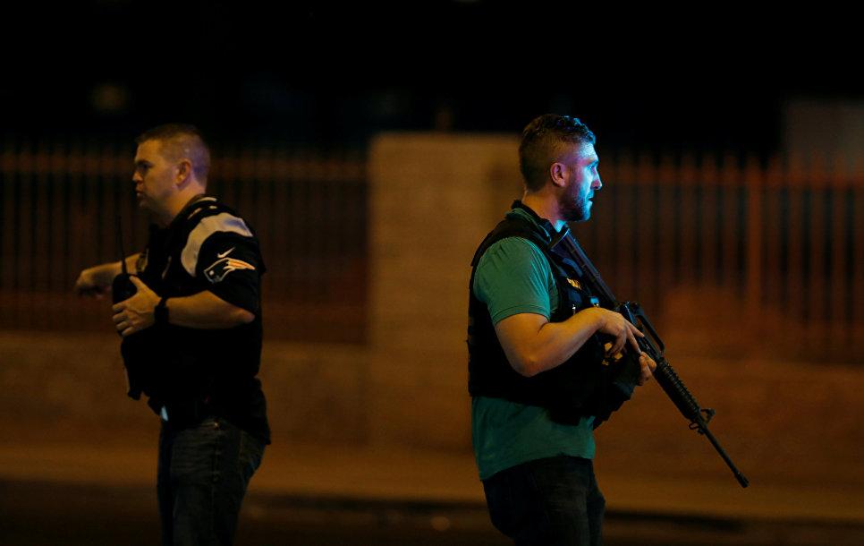 Полиция на месте стрельбы у казино Mandalay Bay в Лас-Вегасе, США. 2 октября 2017