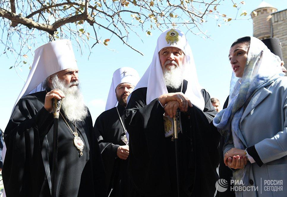 Патриарх Московский и Всея Руси Кирилл (в центре) и митрополит Ташкентский и Узбекистанский Викентий во время посещения мавзолея Гур-Эмир в Самарканде