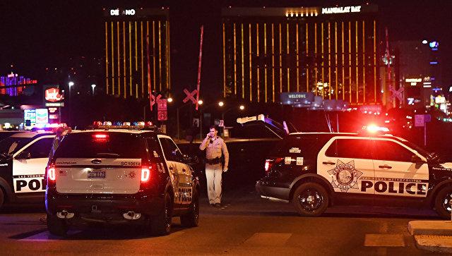 Автомобили полиции на месте стрельбы у казино Mandalay Bay в Лас-Вегасе. Архивное фото