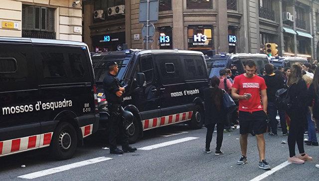 Акция протеста перед зданием Национальной полиции в Барселоне, Испания. Архивное фото