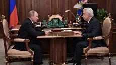 Владимир Путин и заместитель председателя Государственной Думы РФ Владимир Васильев во время встречи. 3 октября 2017
