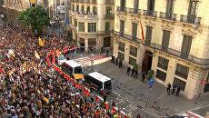 Полиция за спинами пожарных – акция против полицейского насилия в Барселоне