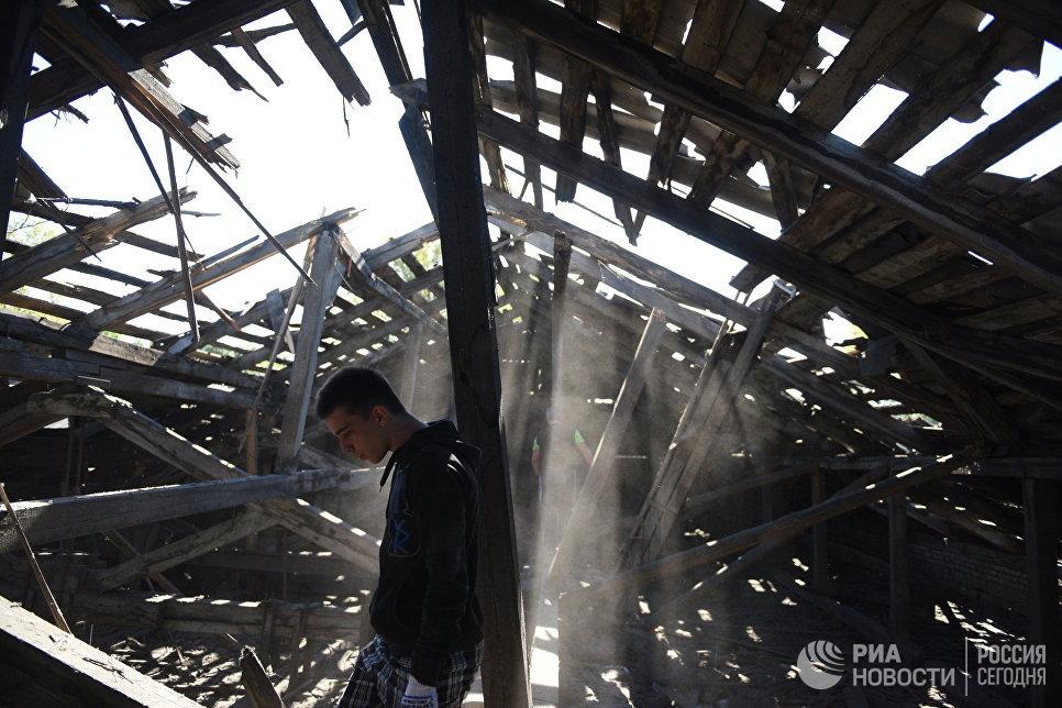 Разрушенная осколками крыша средней школы в результате ночного обстрела Макеевки артиллерией ВСУ