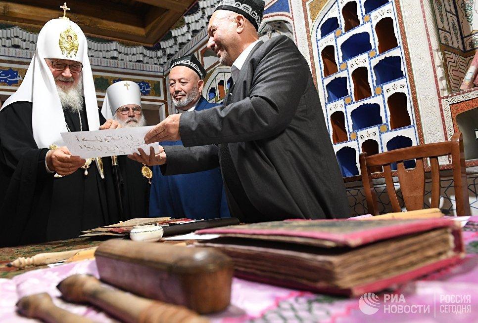 Патриарх Московский и всея Руси Кирилл во время посещения архитектурного комплекса Пои Калян в Бухаре