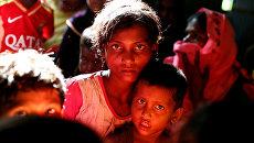 Беженцы рохинджа ждут перемещения в лагерь в Кокс-Базаре, Бангладеш