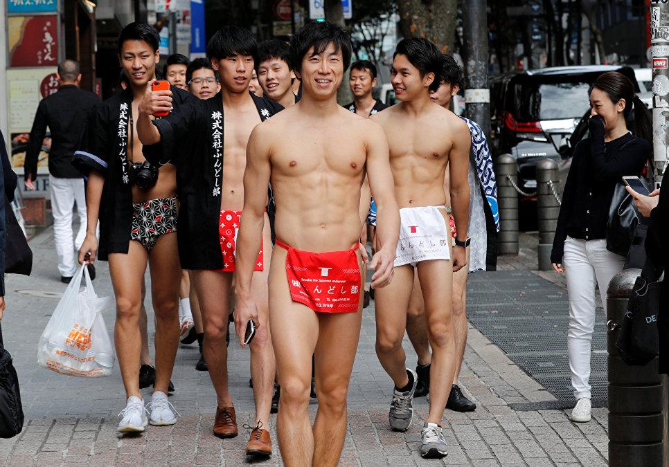 Японцы в традиционных повязках фондоши вышли на улицу Токио для сбора мусора