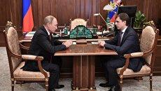 Владимир Путин и временно исполняющий обязанности губернатора Орловской области Андрей Клычков во время встречи. 5 октября 2017