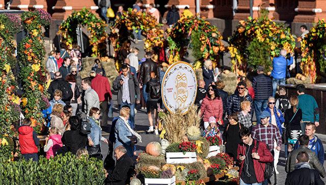 Посетители на фестивале Золотая осень в Москве. Архивное фото