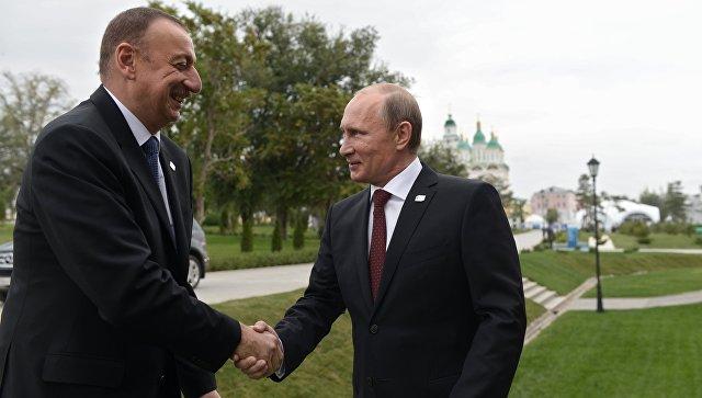 Президент России Владимир Путин (справа) и президент Азербайджана Ильхам Алиев. Архивное фото