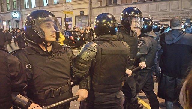 Сотрудники ОМОНа на несанкционированной акции протеста в Санкт-Петербурге. Архивное фото