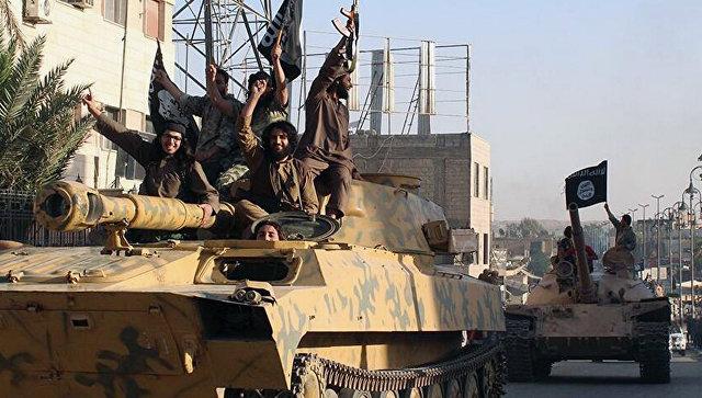 Боевики террористической группировки Исламское государство (ИГ, запрещена в РФ) в городе Ракка, Сирия. Архивное фото