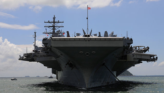 Авианосец Рональд Рейган делает остановку в порту Гонконга по пути на учения в Южной Корее. 2 октября 2017