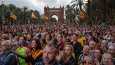 Жители Барселоны в ожидании оглашения парламентом итогов референдума о независимости Каталонии. 10 октября 2017