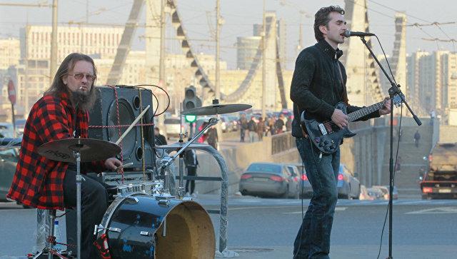 Уличные музыканты на Садовом кольце у Крымского моста Москвы. Архивное фото