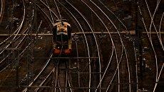 Локомотив на железнодорожных путях. Архивное фото
