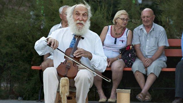 Уличный музыкант в Крыму. Архивное фото