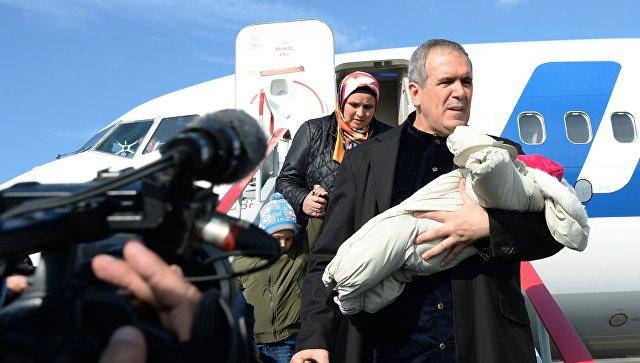Полномочный представитель Чеченской Республики при президенте РФ Зияд Сабсаби с ребенком, возвращенным из Ирака, в аэропорту Грозного. 12 октября 2017