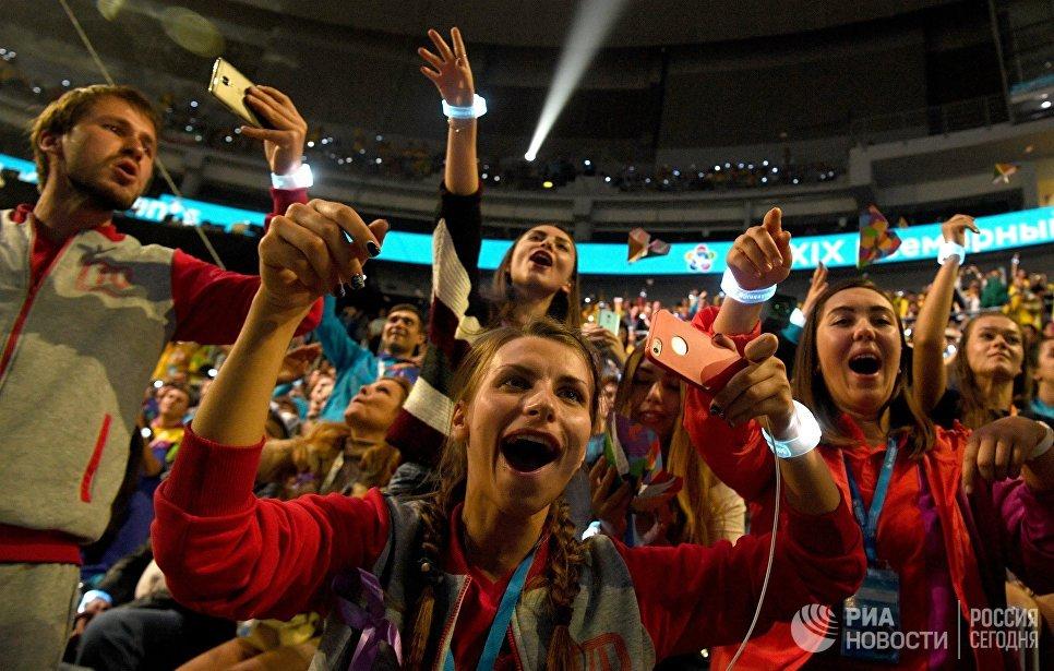 Зрители на церемонии открытия XIX Всемирного фестиваля молодежи и студентов в Ледовом дворце Большой в Сочи. 15 октября 2017