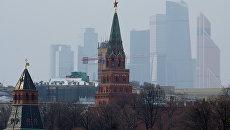 Боровицкая башня Московского Кремля и небоскребы Москва-сити