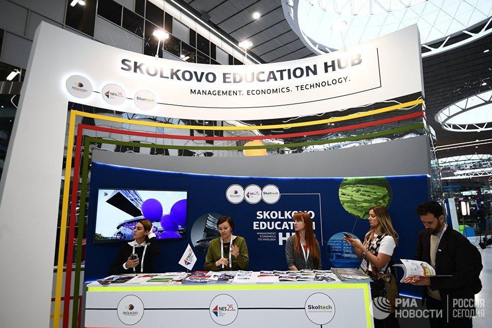 Стенд московской школы управления Сколково на выставке, проходящей в рамках международного форума Открытые Инновации- 2017  в Москве. 16 октября 2017