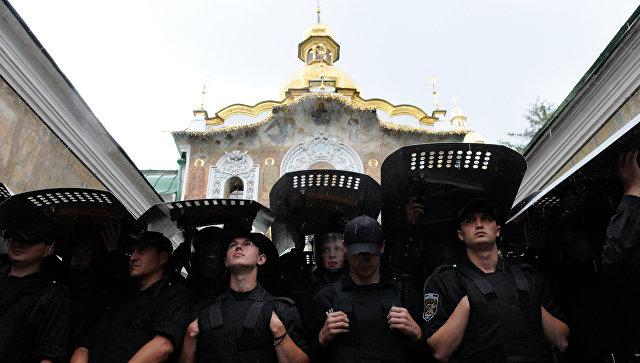 Сотрудники правоохранительных органов Украины обеспечивают правопорядок у входа в Киево-Печерскую Лавру в Киеве
