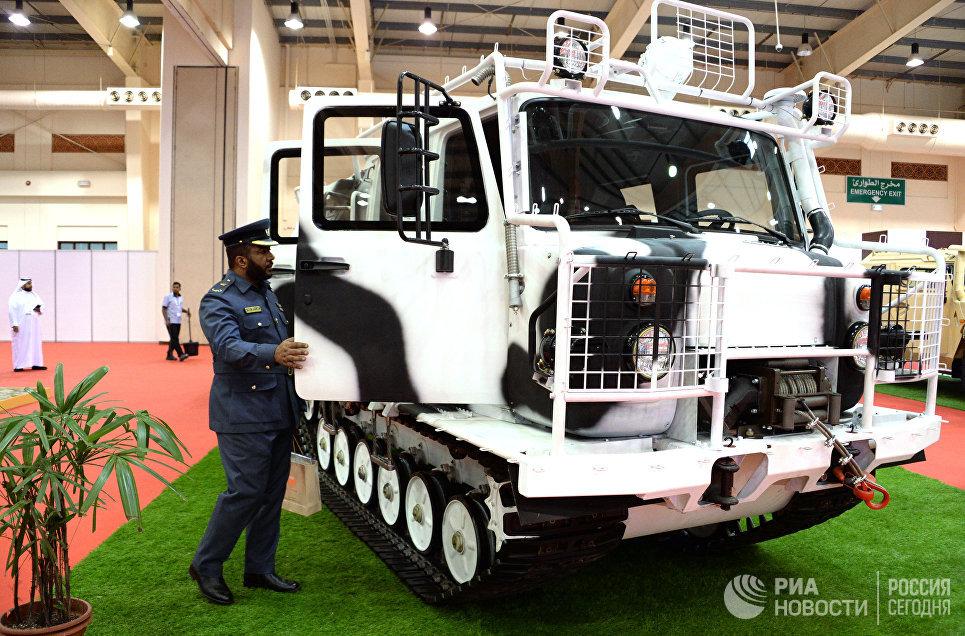 Российский двухзвенный гусеничный вездеход ГАЗ-3344 на международной оборонной выставке BIDEC-2017 в Бахрейне
