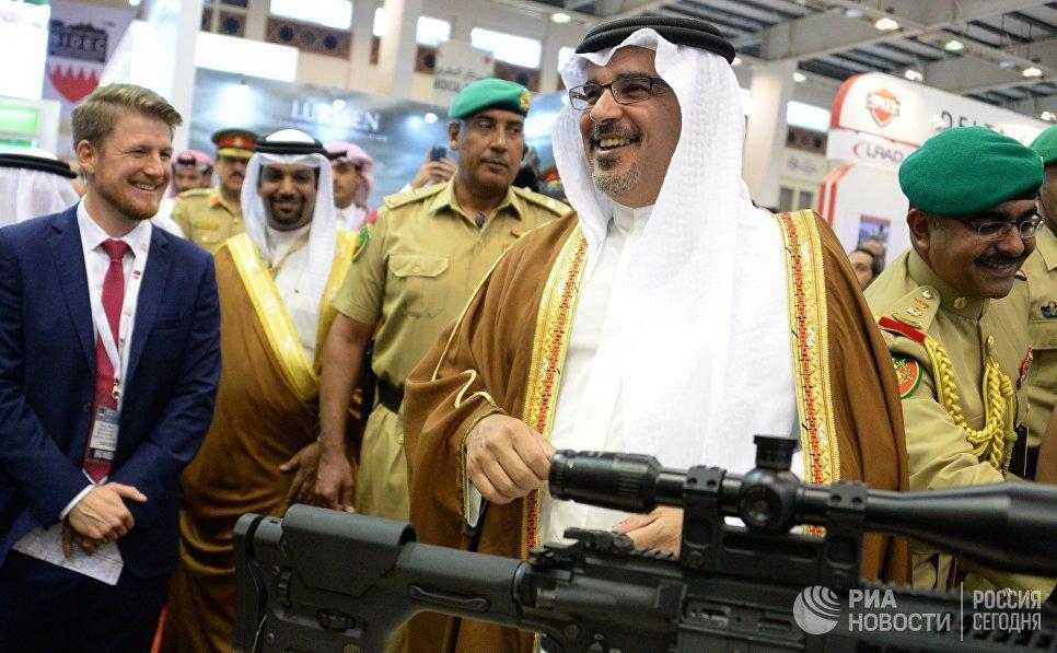 Первый вице-премьер и наследный принц королевства Бахрейн Салман бен Хамад аль-Халифа (в центре) на международной оборонной выставке BIDEC-2017 в Бахрейне