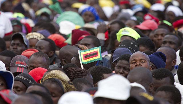 Толпа людей в Зимбабве. Архивное фото