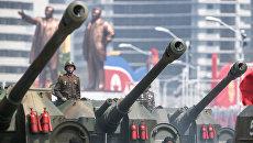 122-мм самоходные пушки М-1991 на бронированном шасси Чучхе-по Корейской народной армии во время парада в Пхеньяне. Архивное Фото.