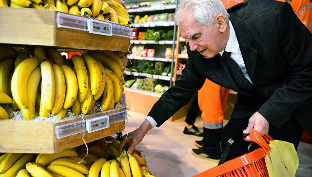 Покупатель в магазине в отделе фруктов
